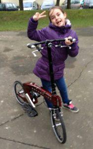 Jeune fille très fan de ce nouveau mode de transport urbain