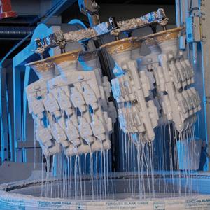 Trempage robotisé d'une grappe en cire dans la barbotine