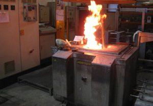Essais de refusion de briquettes compressées - flamme à la refusion.