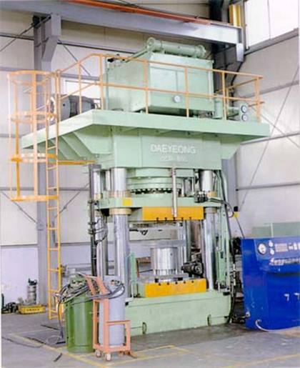 Machine 800 tonnes squeeze casting direct.